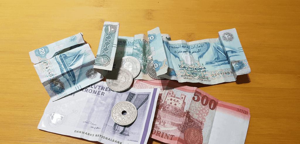 Geld auf Holztisch