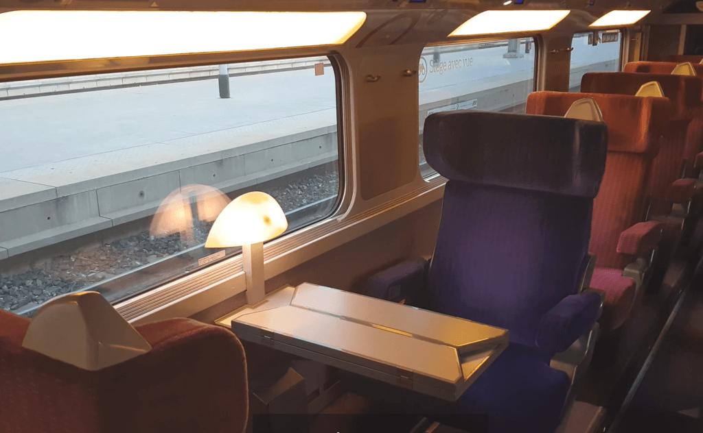 TGV 1. Klasse - Breite Sitze und Tischlampen