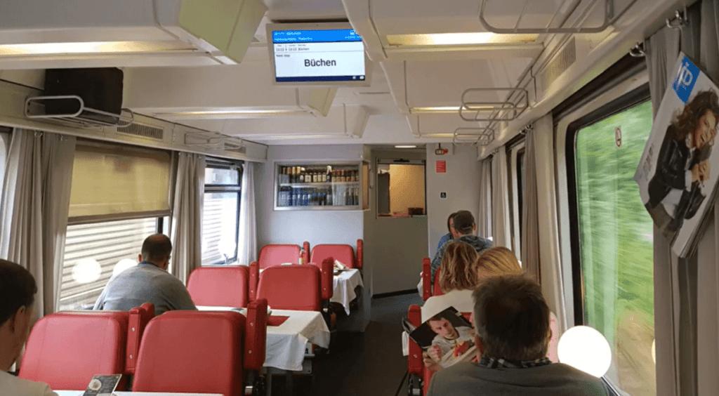 EuroCity Bordrestaurant: Rote Sitze, Tischlampen und eine nostalgische Atmosphäre