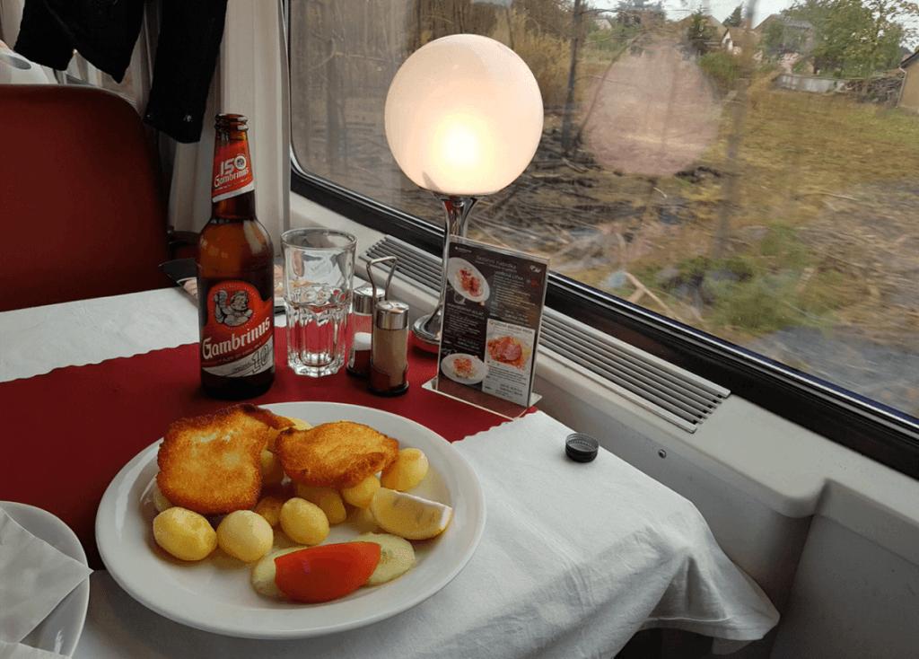 Gemabrinus Bier und warmes Essen im Bordrestaurant des EuroCity (EC) von Hamburg nach Prag.